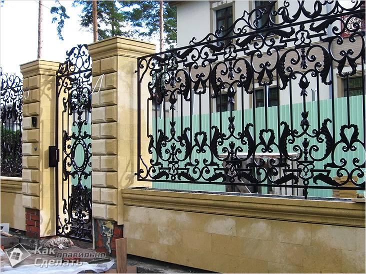 Кованый забор в частном доме