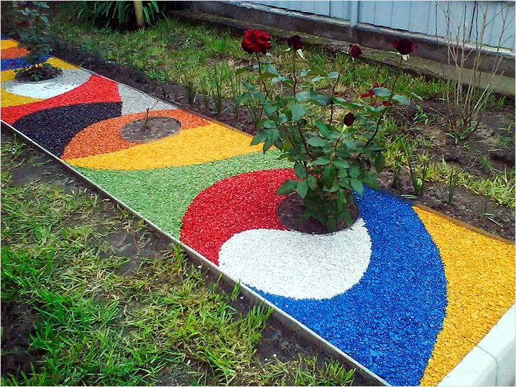 Дорожка может быть декоративной из цветного щебня