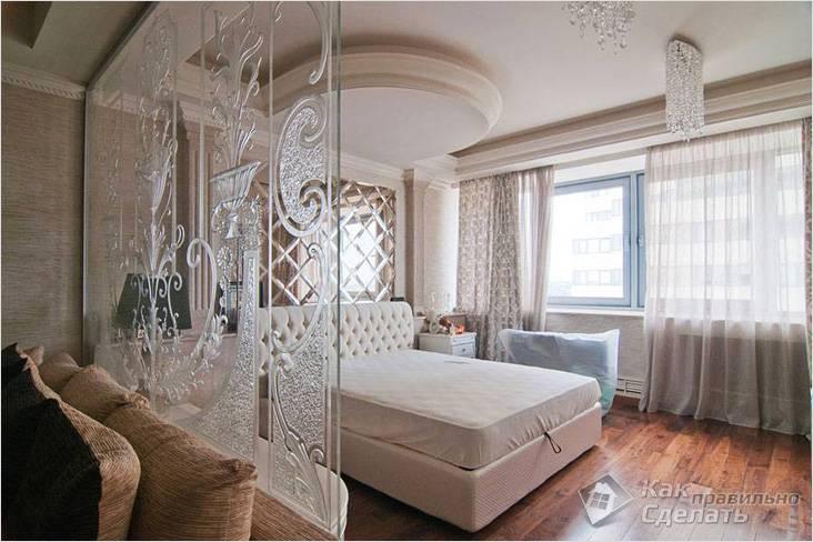 Стеклянная перегородка с узором, отделяющая спальню