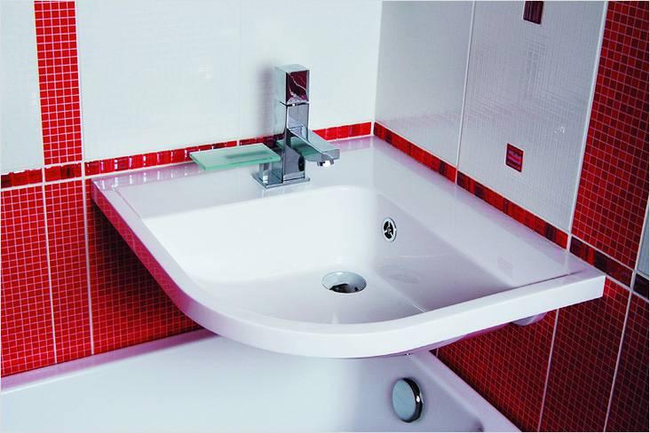 Раковина над ванной освободит еще больше пространства