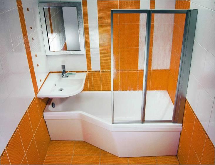 Раковина смещена в угол над ванной