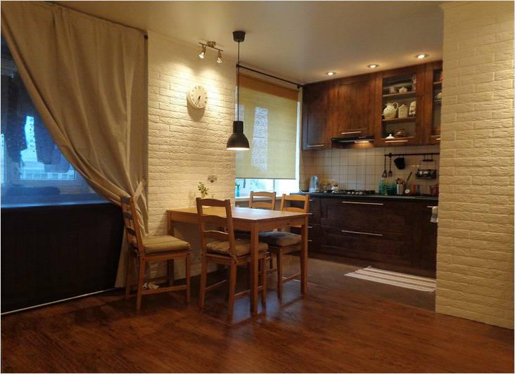 Столовая зона в объединенной с кухней гостиной