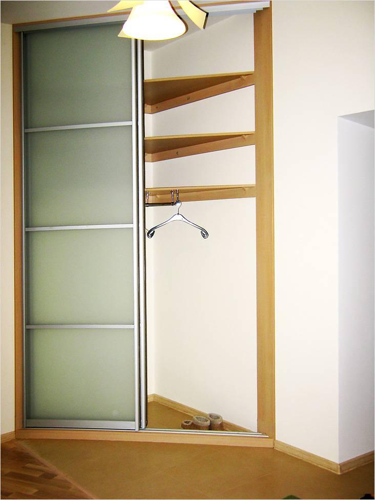 Угловой встроенный шкаф с раздвижными дверцами удобен, если нет места для установки обычного прямого шкафа-купе