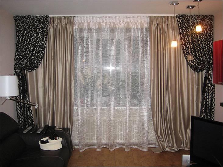На окне занавески и шторы