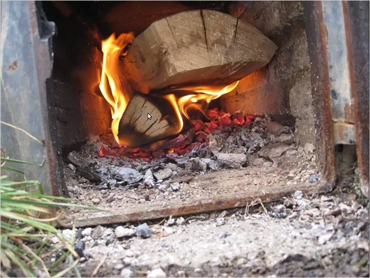В топке горят сухие дрова