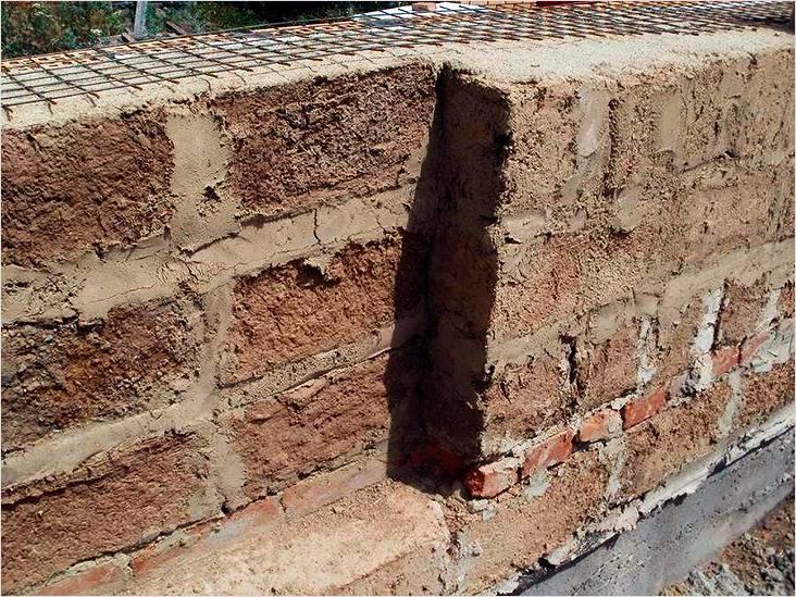 Если вам доступен саман, то стены из него также получатся вполне теплыми