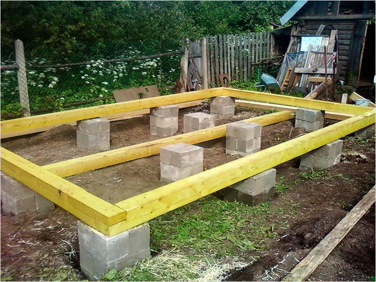 Фундамент легко сделать из блоков