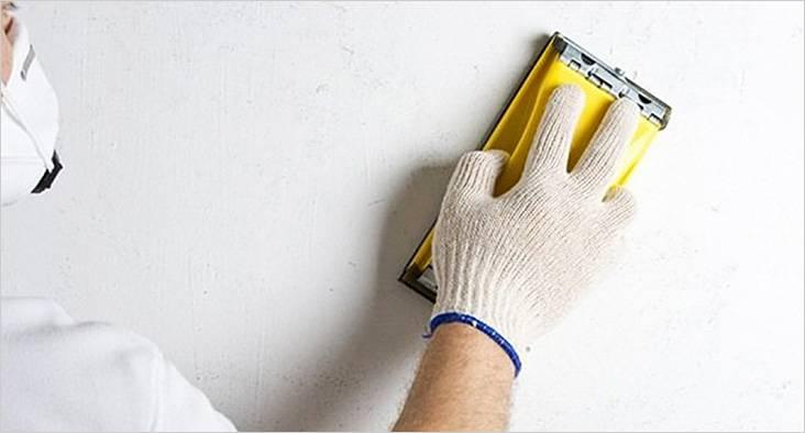 Со стены из гипсокартона краску можно аккуратно снять наждачной шкуркой