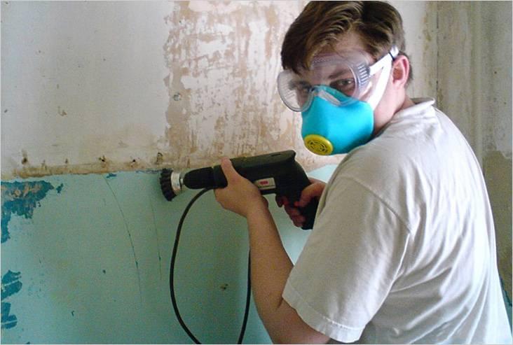 Удаление старой краски с помощью электродрели с установленной щеткой