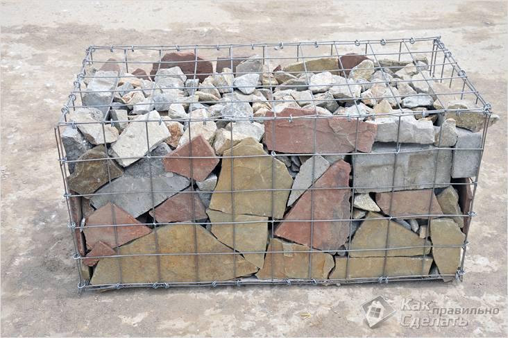 Крупные камни по краям