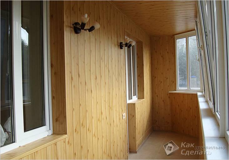 Балкон отделан деревянной вагонкой
