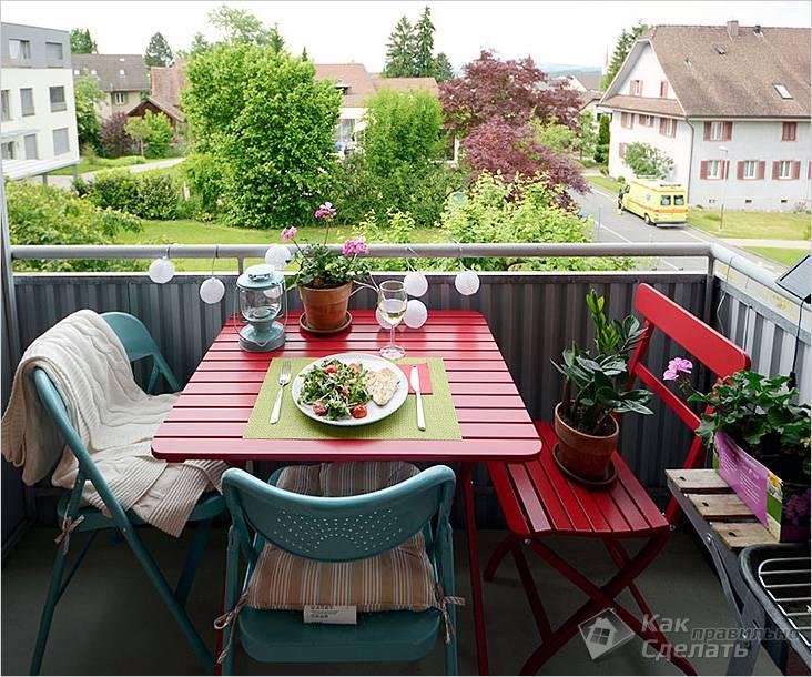 Раскладные стол и стулья на балконе