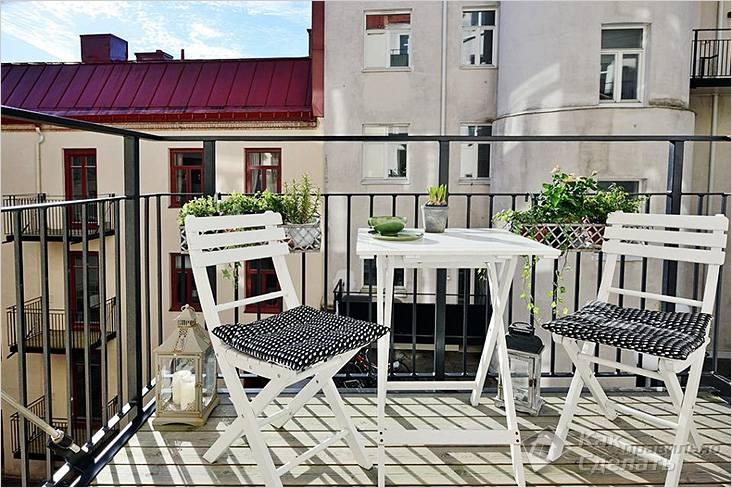Раскладная мебель на балконе с деревянным настилом