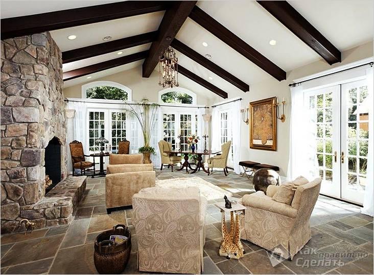 Декоративные балки в комнате с высоким потолком