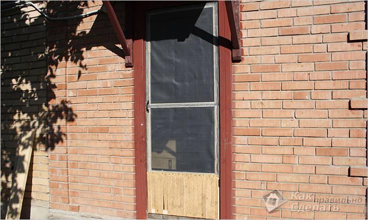 Самодельная деревянная москитная дверь