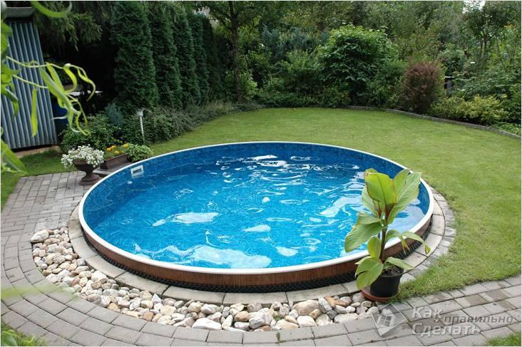 Маленький бассейн на заднем дворике