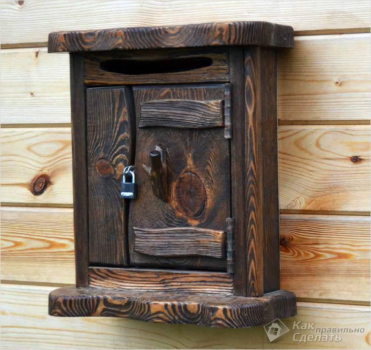 Почтовый ящик из дерева, покрытый морилкой