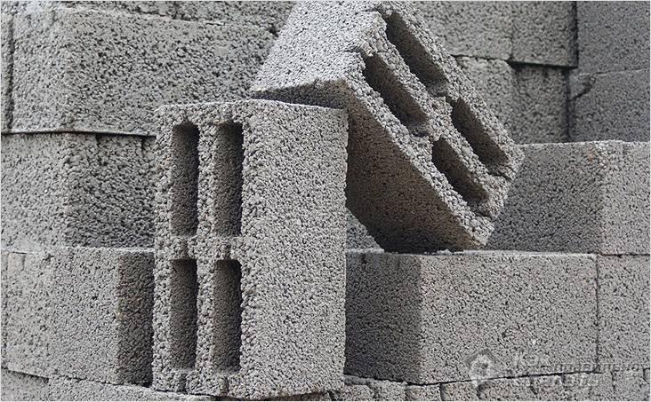 Стену из пустотелых блоков армируют