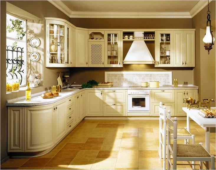 Классический интерьер кухни в молочном цвете актуален и для небольших кухонь
