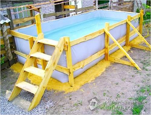 Маленький деревянный бассейн готов