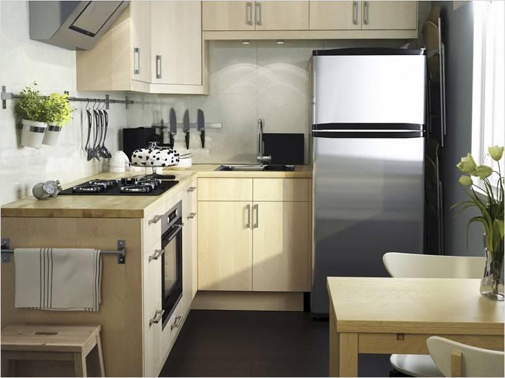 Маленькая кухня в бежевых тонах будет смотреться больше