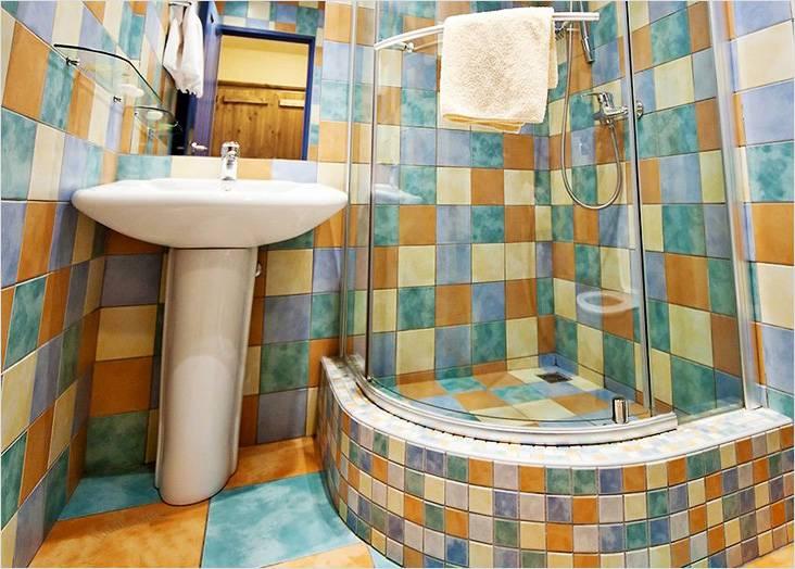 Это тоже ванная комната с душевой кабиной, изготовленной самостоятельно