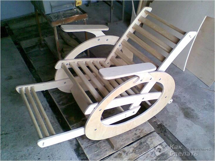 Деревянное кресло-качалка для сада