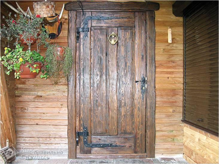 Красивая дверь под старину