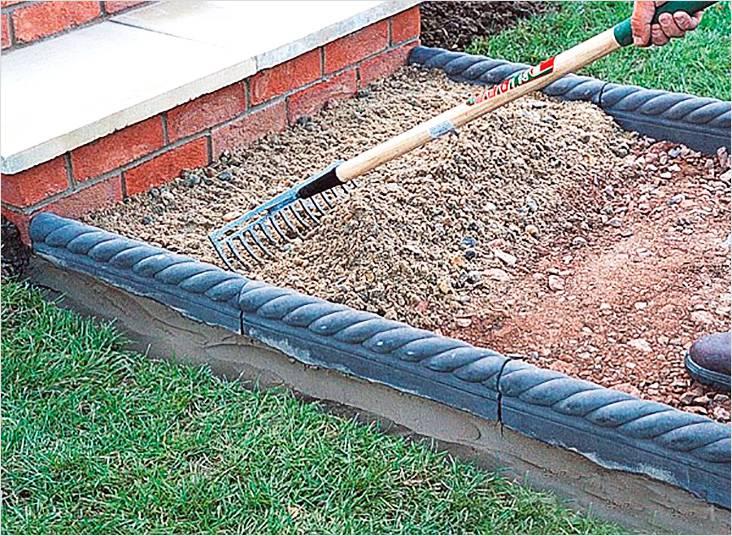 Изготовление подушки под дорожку, для этого гравий перемешивается с глиной или песком