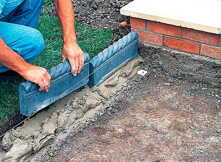 Установка бордюров для дорожки на цементную подушку