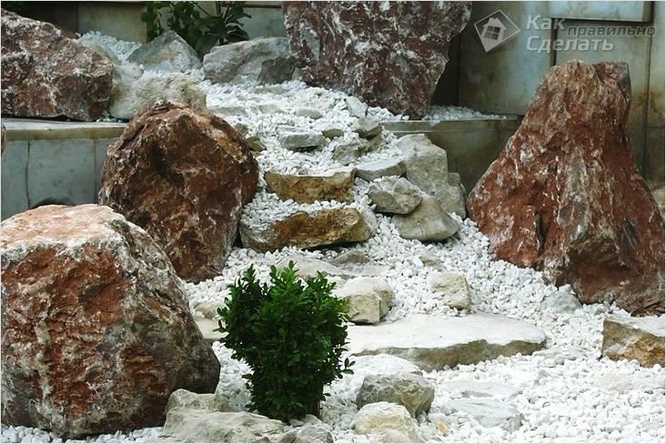 Декорирование сухого ручейка валунами