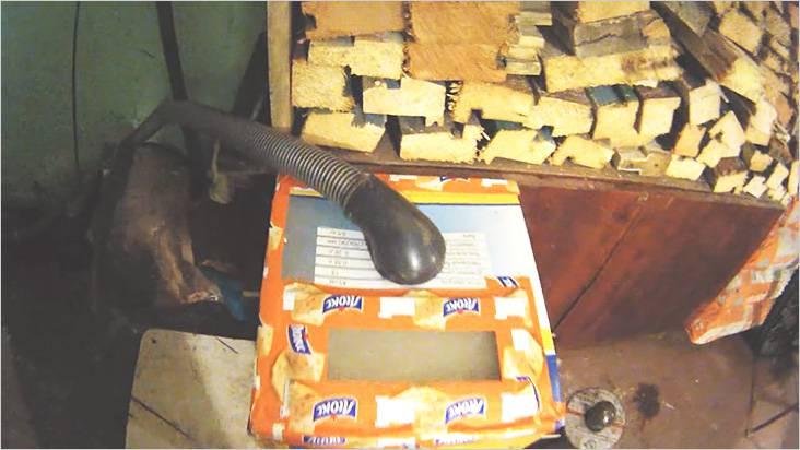 В качестве вытяжной трубы использован шланг от старого пылесоса