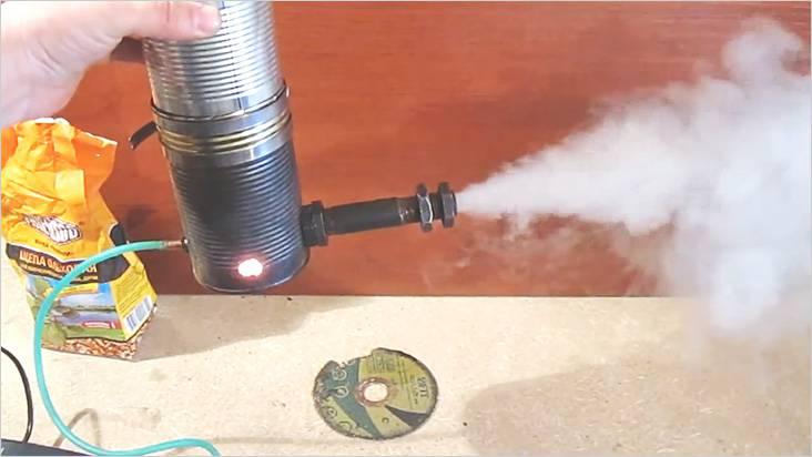 Перемещая медную трубку внутри сгона, добиваемся наибольшего дымовыделения
