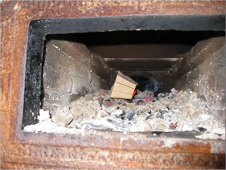 Так как дрова быстро прогорают, нужно добавлять новые