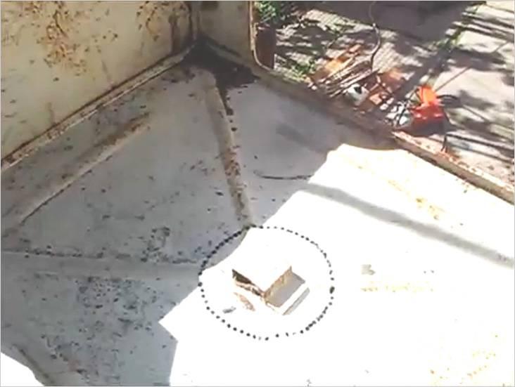 С помощью дрели и тонкого сверла высверлим большое отверстие в днище