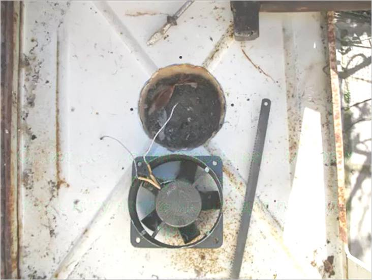 Для усиления тяги можно воспользоваться вентилятором, установив его в днище