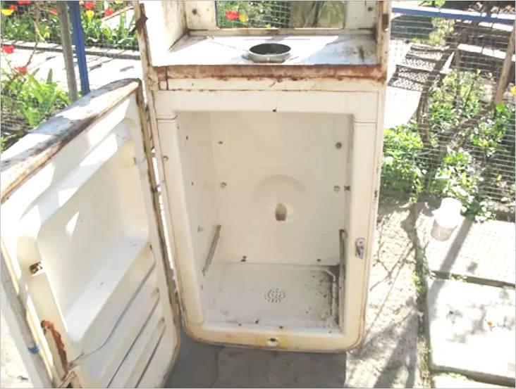 В верхней части холодильника сделаем решетку для выхода через нее дыма