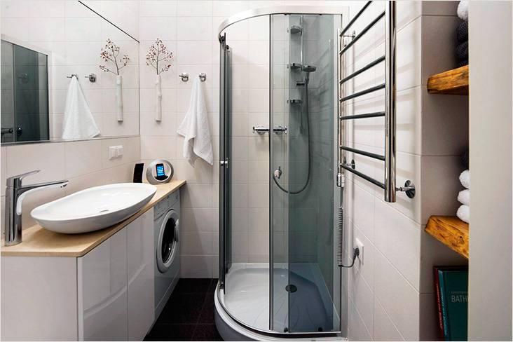 Белый современный стиль с душевой кабиной и нишей под стиральную машину