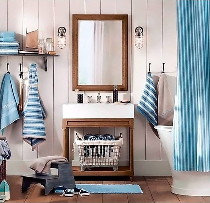 Бежевые оттенки стен и полосатые элементы в аксессуарах — это то, что хочется видеть в ванной с дизайном в морском стиле
