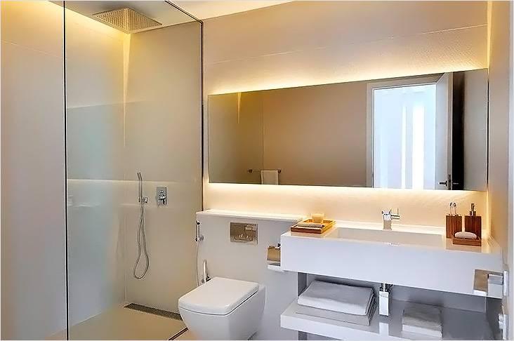 Большое зеркало украсит интерьер и визуально расширит пространство