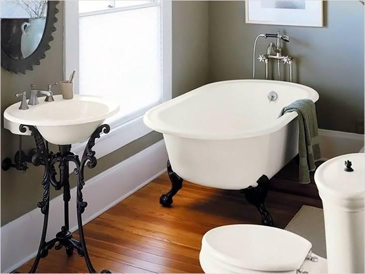 Кованные ножки ванной и раковины — это часть ретро в маленькой ванной