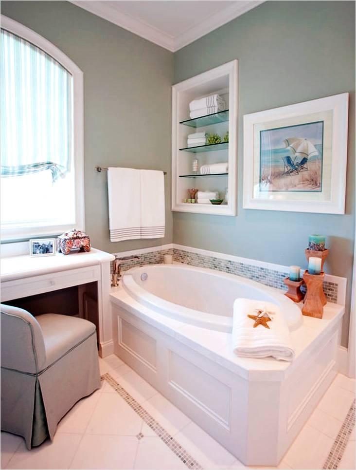 Легкая атмосфера в ванной небольшого размера, выполненной в морском стиле