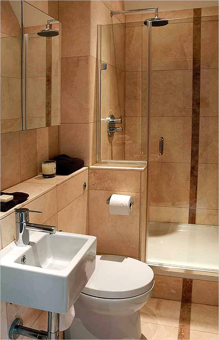 Небольшая совмещенная ванная в теплых пастельных тоннах