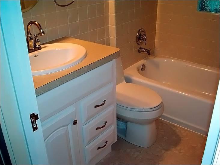 Небольшая ванная с туалетом и с тумбочкой под раковиной