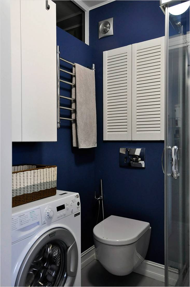 Небольшая ванная с угловой душевой кабиной и туалетом со скрытой инсталляцией