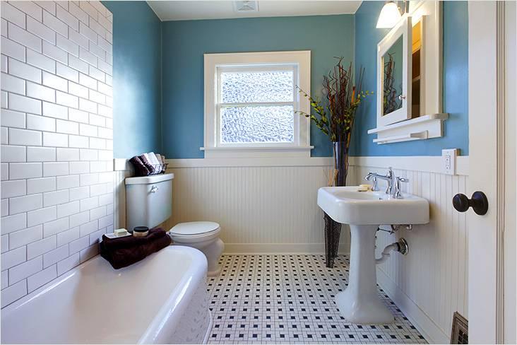 Традиционный умывальник, панель вместо плитки, синие стены — это верный соратник ретро стиля в небольшой ванной комнате