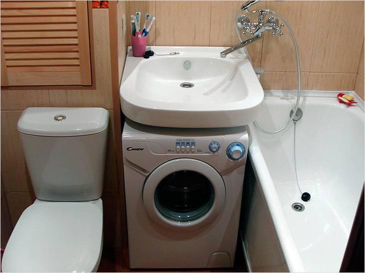 Удачно расположенная стиральная машина под раковиной