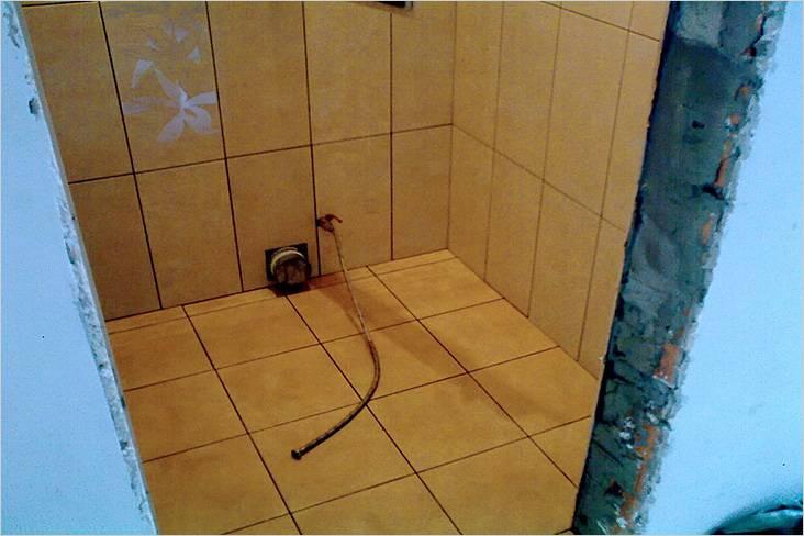 Укладка плитки в туалете на пол выполнена таким образом, что не придется сверлить на швах