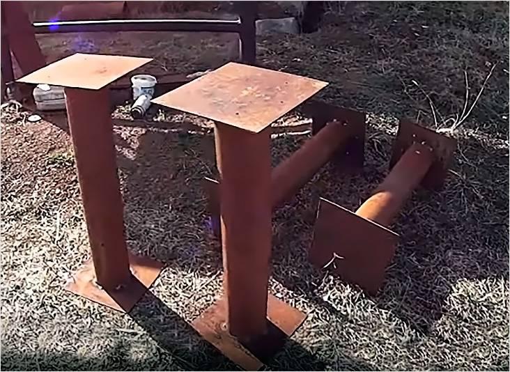 В качестве столбчатого фундамента идеально подойдут металлические трубы