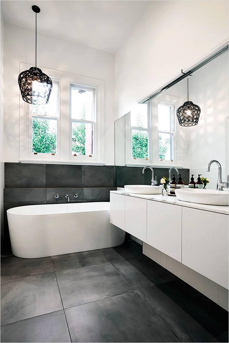 Зеркала, плитка до окна в стиле модерн в дизайне ванной